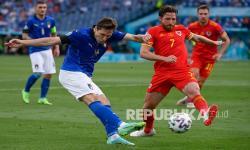 Pemain Italia Federico Chiesa menendang bola melewati  pemain Wales Joe Allen pada pertandingan Grup A Euro 2020.