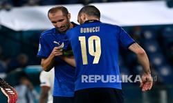 Pemain belakang Italia Giorgio Chiellini (kiri) memberikan ban kapten kepada rekan setimnya Leonardo Bonucci.