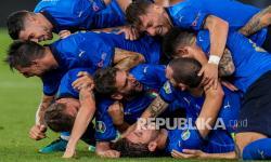 Pemain Italia merayakan gol kedua mereka pada pertandingan Grup A kejuaraan sepak bola Euro 2020 antara Italia dan Swiss di Stadion Olimpiade di Roma, Italia, Kamis (17/6) dini hari WIB.