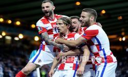 Kapten Kroasia Luka Modric merayakan setelah mencetak gol kedua timnya pada pertandingan grup D kejuaraan sepak bola Euro 2020 antara Kroasia dan Skotlandia di Stadion Hampden Park di Glasgow,  Rabu (23/6) dini hari WIB.