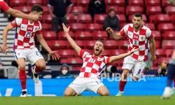 Pemain Kroasia Nikola Vlasic, tengah, merayakan setelah mencetak gol pembuka ke gawang kiper Skotlandia David Marshall pada pertandingan grup D kejuaraan sepak bola Euro 2020 antara Kroasia dan Skotlandia di Stadion Hampden Park di Glasgow,  Rabu (23/6) dini hari WIB.