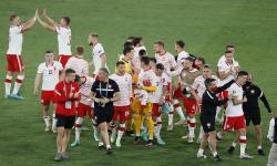 Pemain Polandia merayakan hasil imbang setelah pertandingan sepak bola babak penyisihan grup E UEFA EURO 2020 antara Spanyol dan Polandia di Seville, Spanyol, 19 Juni 2021.
