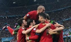 Skuad Portugal merayakan gol setelah Cristiano Ronaldo mencetak 1-0 melalui penalti pada pertandingan sepak bola babak penyisihan grup F UEFA EURO 2020 antara Portugal dan Prancis di Budapest, Hongaria, 23 Juni 2021.