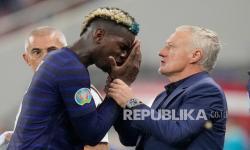 Pemain Prancis Paul Pogba (kiri) berbicara kepada manajer Prancis Didier Deschamps pada pertandingan babak 16 besar Piala Eropa 2020 antara Prancis dan Swiss di stadion National Arena di Bucharest, Rumania, Selasa (29/6) dini hari WIB.