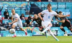 Pemain Republik Ceko  Patrik Schick mencetak gol pertama timnya dari titik penalti pada pertandingan grup D kejuaraan sepak bola Euro 2020 antara Kroasia dan Republik Ceko di stadion Hampden Park di Glasgow,  Jumat (18/6).