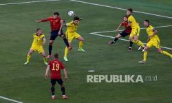 Pemain timnas Spanyol Alvaro Morata (kiri)  dan pemain Swedia Pierre Bengtsson melakukan sundulan pada pertandingan sepak bola Grup E Euro 2020 antara Spanyol dan Swedia, di Stadion La Cartuja di Sevilla, Spanyol, Selasa (15/6) dini hari WIB.