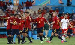 Pemain Spanyol merayakan gol pembuka pada pertandingan sepak bola babak penyisihan grup E UEFA EURO 2020 antara Spanyol dan Polandia di Seville, Spanyol, 19 Juni 2021.