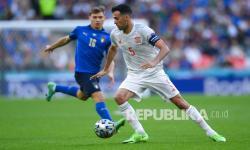 Kapten Spanyol Sergio Busquets mengontrol bola saat pertandingan semifinal sepak bola Euro 2020 antara Italia dan Spanyol di Stadion Wembley di London, Inggris, Rabu (7/7) dini hari WIB.