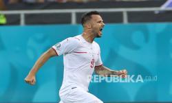 Pemain Swiss Haris Seferovic melakukan selebrasi usai mencetak gol pembuka timnya pada pertandingan babak 16 besar Piala Eropa 2020 antara Prancis dan Swiss di Stadion National Arena, di Bucharest, Rumania, Selasa (29/6) dini hari WIB.