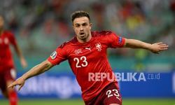 Pemain Swiss  Xherdan Shaqiri melakukan selebrasi usai mencetak gol ketiga timnya dalam pertandingan grup A Piala Eropa 2020 antara Swiss dan Turki di Stadion Olimpiade Baku di Baku, Azerbaijan,Ahad (20/6).
