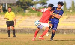 Pemain tim sepak bola Jawa Barat Andri (kanan) berebut bola dengan pemain dari klub Persindra di Stadion Tridaya, Indramayu, Jawa Barat, Kamis (16/9/2021). Laga uji tanding tersebut sebagai bagian dari persiapan tim sepak bola Jawa Barat untuk berlaga di PON Papua mendatang.