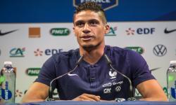 Pemain tim sepak bola nasional Prancis Raphael Varane berbicara selama konferensi pers di Clairefontaine, selatan Paris, Prancis, 27 Mei 2021.