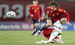 Pemain timnas Spanyol (kostum merah) dalam salah satu laga internasional. Para pemain Spanyol divaksinasi jelang Euro 2020.