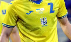 Pemain Timnas Ukraina, Eduard Sobol, mengenakan jersey timnas di Euro 2020 yang menampilkan peta Ukraina dengan semenanjung Crimea.