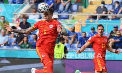 Pemain belakang Wales Joe Rodon (kiri) menyundul bola.