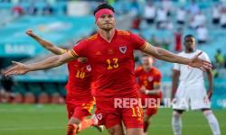 Pemain Wales Kieffer Moore merayakan setelah mencetak gol pembuka timnya pada pertandingan grup A kejuaraan sepak bola Euro 2020 antara Wales dan Swiss, di stadion Olimpiade Baku, di Baku, Azerbaijan, Sabtu (12/6).
