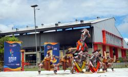 Penari dari suku asli Papua Barat mementaskan teatrikal sejarah minyak bumi dan gas di PLTMG Distrik Klamono, Kabupaten Sorong, Papua Barat, Sabtu (25/9/2021). Masyarakat adat di wilayah kepala burung Papua Barat memberikan dukungan penuh atas perhelatan Pekan Olahraga Nasional (PON) XX di Provinsi Papua.