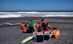 Tujuh Wisatawan Terseret Ombak di Pantai Goa Cemara