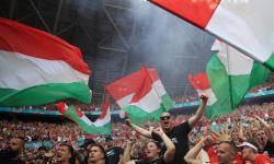 Pendukung Hungaria bersorak mendukung timnya dalam laga penyisihan Grup F EURO 2020 melawan Prancis di Puskas Arena, Budapest, Hungaria.