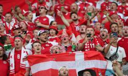 Para penggemar timnas Denmark saat bersorak untuk tim kebanggaannya.