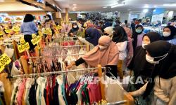 In Picture: Jelang Lebaran Warga Padari Pusat Perbelanjaan di Lampung