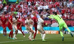 Penjaga gawang Belgia Thibaut Courtois (kanan) membersihkan bola selama pertandingan sepak bola babak penyisihan grup B UEFA EURO 2020 antara Denmark dan Belgia di Kopenhagen, Denmark, 17 Juni 2021.