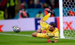 Penjaga gawang Italia Gianluigi Donnarumma menggagalkan tendangan penalti striker Spanyol Alvaro Morata pada pertandingan semifinal sepak bola Euro 2020 antara Italia dan Spanyol di Stadion Wembley di London, Inggris, Rabu (7/7) dini hari WIB. Italia menang dan melaju ke final.