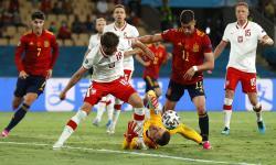 Penjaga gawang Polandia Wojciech Szczesny (bawah) beraksi melawan Ferran Torres ( dua kanan) dari Spanyol selama pertandingan sepak bola babak penyisihan Grup E Euro 2020 antara Spanyol dan Polandia di Sevilla, Spanyol, 19 Juni 2021.