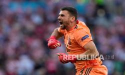 Penjaga gawang Spanyol Unai Simon merayakan gol kelima timnya pada pertandingan babak 16 besar Euro 2020 antara Kroasia dan Spanyol di stadion Parken di Kopenhagen, Denmark, Senin (28/6).