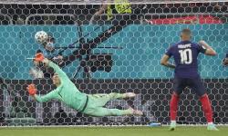 Penjaga gawang Swiss Yann Sommer menyelamatkan tendangan penalti Kylian Mbappe dari Prancis saat pertandingan babak 16 besar Piala Eropa 2020 antara Prancis dan Swiss di stadion National Arena di Bucharest, Rumania.