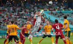 Penjaga gawang Turki Ugurcan Cakir meninju bola saat pertandingan Grup A Euro 2020 antara Turki dan Wales di Stadion Olimpiade Baku, Azerbaijan, Rabu (16/6).  Dalam ini Wales unggul 2-0 atas Turki.