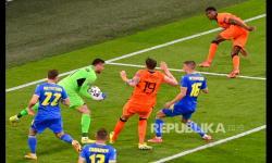 Penjaga gawang Ukraina Heorhiy Bushchan menyelamatkan gawang dalam laga perdana Grup C Euro 2020 antara Belanda melawan Ukraina di Johan Cruijff Arena, Amsterdam, Belanda, Senin (14/6) dini hari WIB.