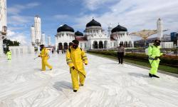 In Picture: Disinfeksi Masjid Raya Baiturrahman Aceh Menjelang Shalat Id