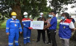 Pertamina RU VI Bantu Betonosasi Jalan Utama Kiarsari