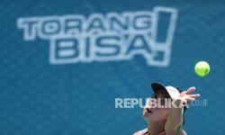 Petenis Jawa Timur Aldila Sutjiadi melakukan servis ke arah lawannya petenis Jawa Tengah Alif Nafiah dalam babak perempat final tenis beregu putri di Jayapura, Papua, Rabu (29/9/2021).