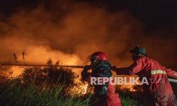 In Picture: Pemadaman Kebakaran Lahan di Ogan Ilir di Malam Hari