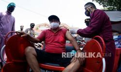 In Picture: Vaksinasi Covid-19 di Atas Becak di Pasar Klewer