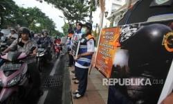Polisi: Merokok Sambil Mengemudi Ganggu Pengendara Lain