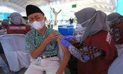 In Picture: Vaksinasi Covi-19 Warga Pesantren di Indramayu