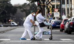 Tenaga Medis Corona di Italia Bantu Pasien Telepon Keluarga