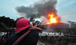 In Picture: Kebakaran Penyulingan Minyak Ilegal di Jambi