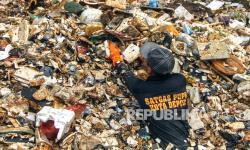 In Picture: Satgas Banjir SDA Depok Angkut Sampah Kali Baru Cijantung