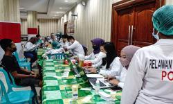 Petugas mendata warga dalam kegiatan serbuan vaksinasi COVID-19 di Masjid Raya, Kota Jayapura, Papua, Sabtu (25/9/2021). Pemerintah mendorong vaksinasi daerah yang menyelengarakan PON XX Papua terus ditingkatkan.