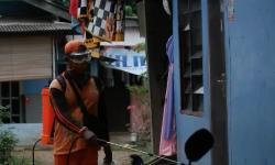Cegah Corona, Warga Gotong Royong Semprotkan Disinfektan