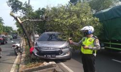 Pecah Ban, Mobil Tabrak Petugas Pertamanan di Matraman