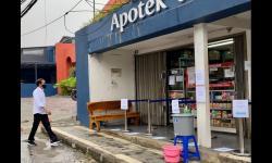 In Picture: Momen Jokowi <em>Blusukan </em>ke Apotek, Cek Obat Covid-19