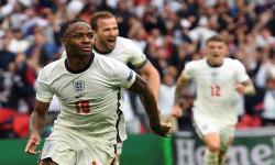 Raheem Sterling dari Inggris merayakan skor 1-0 dalam pertandingan sepak bola babak 16 besar UEFA EURO 2020 antara Inggris dan Jerman di London, Inggris, Rabu (30/6)..