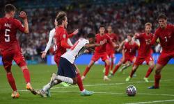 Winger Inggris Raheem Sterling (tengah) dilanggar di kotak penalti saat semifinal UEFA EURO 2020 melawan Denmark.