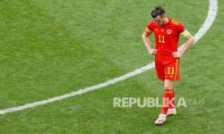 Reaksi Gareth Bale dari Wales setelah gol dari Denmark ke gawang timnya saat pertandingan babak 16 besar Piala Eropa 2020 antara Wales dan Denmark, di Johan Cruyff Arena di Amsterdam, Belanda, Sabtu (26/6).