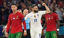 Reaksi Karim Benzema dari Prancis setelah mencetak skor 1-1 melalui penalti selama pertandingan sepak bola babak penyisihan grup F UEFA EURO 2020 antara Portugal dan Prancis di Budapest, Hongaria, 23 Juni 2021.